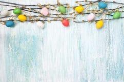 Fundo de Easter Ramo do salgueiro e ovos da páscoa decorativos no fundo azul Copie o espaço Foto de Stock