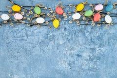 Fundo de Easter Ramo do salgueiro e ovos da páscoa decorativos no fundo azul Vista superior Foto de Stock