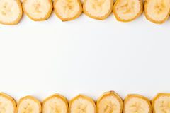 Fundo de fatias cortadas da banana na parte superior e na parte inferior na fileira em w Imagens de Stock Royalty Free