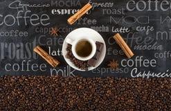 Fundo de feijões de café do copo com canela e anis Imagens de Stock Royalty Free