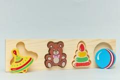 Fundo de figuras de madeira coloridas do brinquedo das crianças para crianças em um fundo claro r imagem de stock royalty free