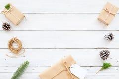 Fundo de Hristmas com as caixas de presente atuais feitos a mão e decoração rústica na placa de madeira branca Foto de Stock