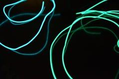 Fundo de incandescência caótico dos fios e das linhas O fio eletroluminescente torcido das texturas dá o caráter da imagem turquo fotos de stock