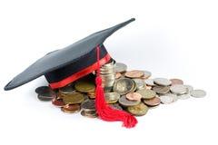 Fundo de instrução -- Tampão & moedas da graduação Fotos de Stock Royalty Free
