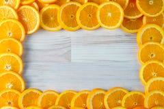 Fundo de laranjas cortadas com espaço retangular da cópia fotografia de stock