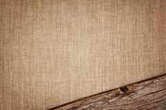 Fundo de linho com textura e a vinheta de madeira da prancha Fotografia de Stock
