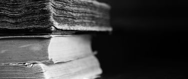 Fundo de livros gastos velhos Fundo longo do educa do vintage fotografia de stock
