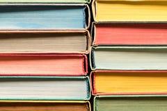 Fundo de livros velhos coloridos Conceito do conhecimento do livro fotografia de stock royalty free