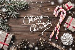 Fundo de madeira Árvore de abeto, cone decorativo Espaço de mensagem pelo Natal e o ano novo Doces e presentes por feriados Fotos de Stock Royalty Free