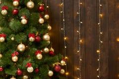 Fundo de madeira abstrato com árvore de Natal e luzes, contexto interior escuro clássico, espaço da cópia para o texto, engodo do imagens de stock