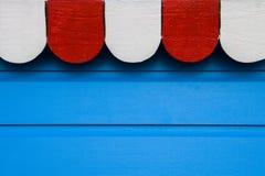 Fundo de madeira azul com a bandeira da parte superior branca e vermelha Fotografia de Stock Royalty Free
