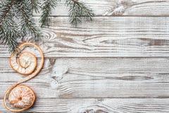 Fundo de madeira branco Cartão do inverno Ramos verdes do abeto Tangerina Cartão do Xmas Espaço para messa do cumprimento do ` s  Fotografia de Stock Royalty Free