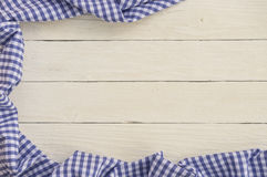 Fundo de madeira branco com toalha de mesa quadriculado azul Imagem de Stock Royalty Free