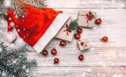 Fundo de madeira branco Xmas do cartão do Natal, ano novo e Natal Galo do ` s de Snata, brinquedos vermelhos Fotos de Stock Royalty Free