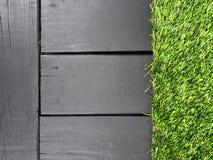 Fundo de madeira cinzento com grama verde Imagens de Stock