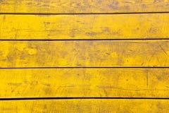 Fundo de madeira colorido amarelo Fundo abstrato riscado de madeira imagens de stock royalty free
