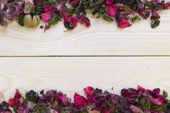 Fundo de madeira com beiras das pétalas e das folhas Imagem de Stock Royalty Free