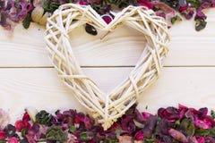 Fundo de madeira com beiras das pétalas e das folhas Foto de Stock Royalty Free