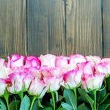 Fundo de madeira com flores cor-de-rosa Lugar para a inscrição Fotos de Stock Royalty Free