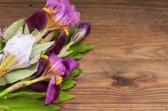 Fundo de madeira com flores Vista superior Fotografia de Stock