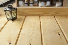 Fundo de madeira com lâmpada e um ambiente da cafetaria com luz natural imagens de stock royalty free