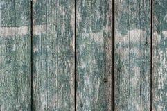 Fundo de madeira com placas verticais, descascando pontos verdes da pintura e do metal imagem de stock royalty free