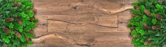 Fundo de madeira com ramos de árvore do Natal Feriados de inverno imagens de stock royalty free