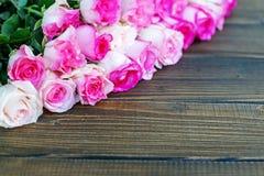 Fundo de madeira com rosas cor-de-rosa Um lugar para felicitações Fotos de Stock