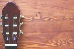 Fundo de madeira com um fingerboard da guitarra, opinião superior do quadro flatlay da música fotos de stock