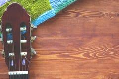 Fundo de madeira com um fingerboard da guitarra, opinião superior do quadro flatlay da música foto de stock