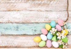 Fundo de madeira da decoração das flores dos ovos da páscoa Foto de Stock Royalty Free