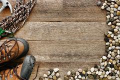 Fundo de madeira da escalada de rocha com corda e sapatas Imagens de Stock Royalty Free
