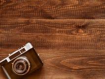 Fundo de madeira da tabela com a câmera velha do vintage imagem de stock royalty free