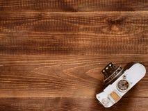 Fundo de madeira da tabela com a câmera velha do vintage fotos de stock