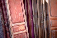 Fundo de madeira das portas imagens de stock royalty free