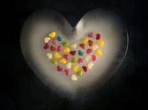 Fundo de madeira de muitos corações pequenos coloridos fotos de stock royalty free