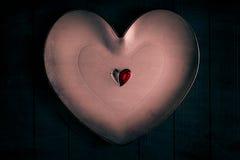 Fundo de madeira de muitos corações pequenos coloridos imagens de stock