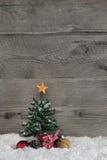 Fundo de madeira do estilo de país de origem com uma árvore de Natal verde foto de stock