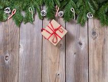 Fundo de madeira do feriado do Natal com ramos do abeto e presente b imagens de stock