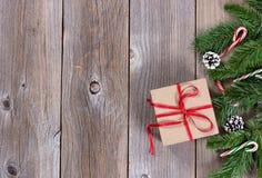 Fundo de madeira do feriado do Xmas com ramos e caixa de presente do abeto imagens de stock royalty free