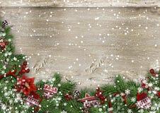 Fundo de madeira do Grunge com abeto do Natal, holly&mittens Fotografia de Stock
