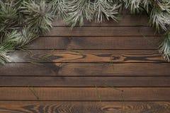 Fundo de madeira do Natal com a árvore de abeto da neve fotografia de stock