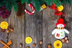 Fundo de madeira do Natal com a árvore de abeto da neve Espaço da cópia da vista Imagem de Stock Royalty Free