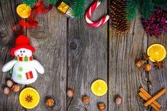 Fundo de madeira do Natal com a árvore de abeto da neve Espaço da cópia da vista Fotos de Stock Royalty Free