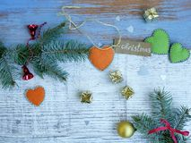 Fundo de madeira do Natal, o branco e o azul, ramos spruce, presentes pequenos do ouro Imagens de Stock Royalty Free