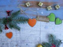 Fundo de madeira do Natal, o branco e o azul, ramos spruce, presentes pequenos do ouro Foto de Stock