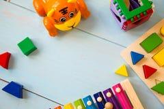 Fundo de madeira do toyson do bebê dos instrumentos musicais copie o espaço, o lugar para seu texto ou o slogan Vista superior Imagens de Stock