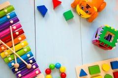Fundo de madeira do toyson do bebê dos instrumentos musicais copie o espaço, o lugar para seu texto ou o slogan Vista superior Fotos de Stock Royalty Free