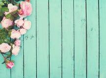 Fundo de madeira do vintage chique gasto com rosas imagens de stock royalty free