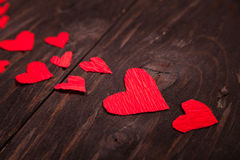 Fundo de madeira dos corações vermelhos pequenos Fotos de Stock Royalty Free